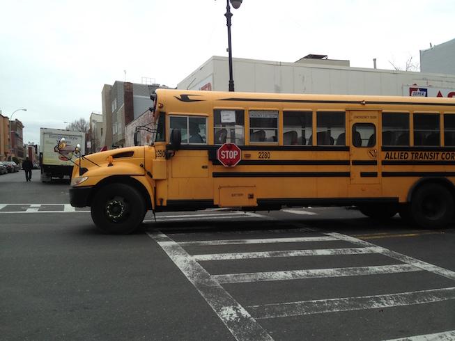 Żółty autobusik