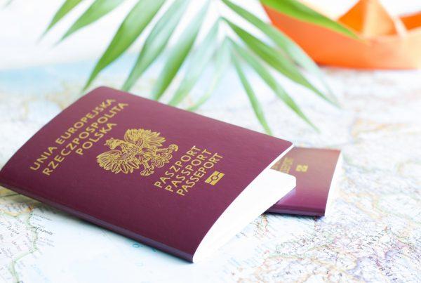 Zdjęcie paszportu na mapie