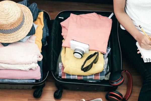 Pakowanie rzeczy na wakacje do walizki
